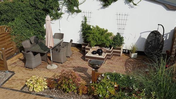 Terrasse mit Grillplatz auf dem Grundstück