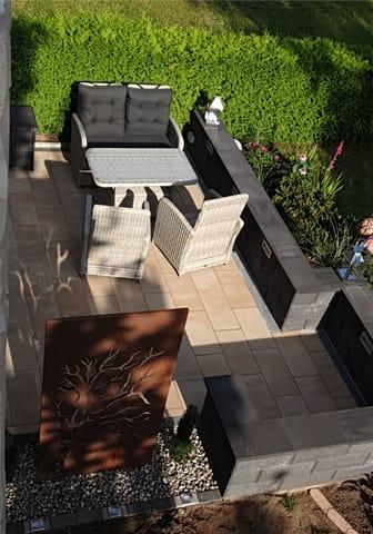 Terrasse mit Grillplatz auf dem Grundstück - mit Waldblick