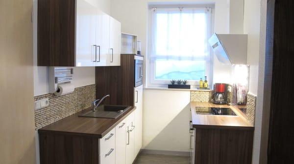 Küche mit Geschirrspüler, Herd mit Ceranfeld, Mirkowelle und Kühlschrank