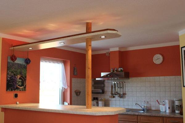 Wohnbereich mit Tresen und Küchenzeile