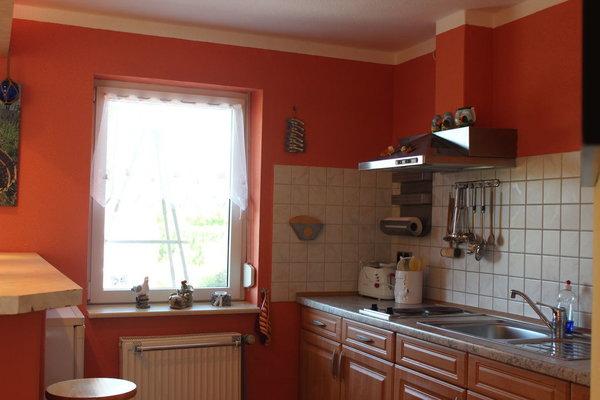 Küchenzeile mit Fensterblick zur Terasse