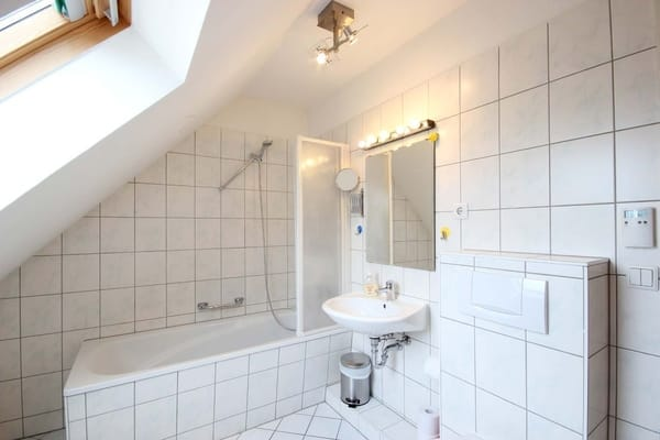 Tageslichtbad mit Badewanne und Duschabtrennung