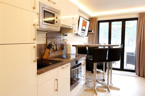 Küchenzeile mit separatem Essplatz (Bild 2)