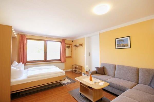 Wohnbereich (Bild 3) mit komfortablem Schrankbett