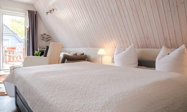 Doppelbett im Wohn-Schlafraum