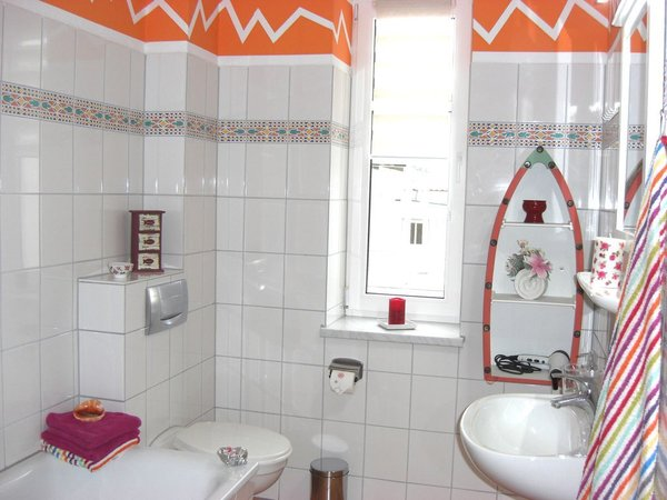 Bad mit Duschwanne und Fön