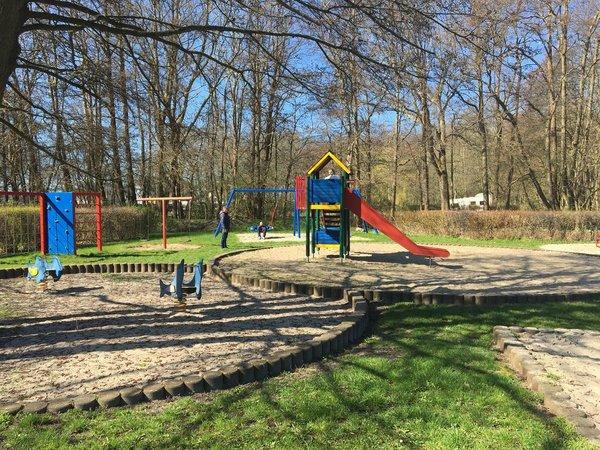 Ein schöner Spielplatz und Kurpark, der in wenigen Minuten zu Fuß zu erreichen ist.