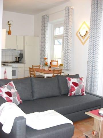 Wohnzimmer mit bequemer Schlafcouch