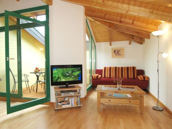 Wohnzimmer mit schöner Holzbalkendecke