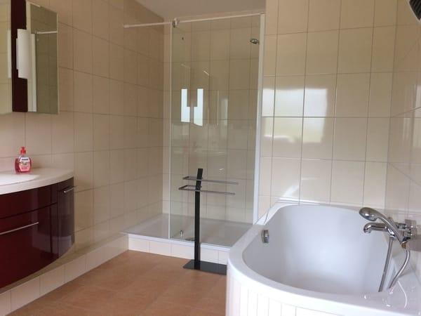 Bad mit Dusche und Badewanne