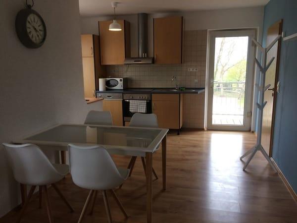 Essbereich mit Küche und Blick auf den Garten
