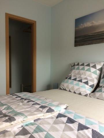 Schlafzimmer mit Ankleideraum