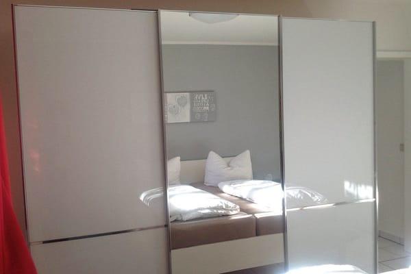 großer Spiegel-Kleiderschrank im Schlafzimmer
