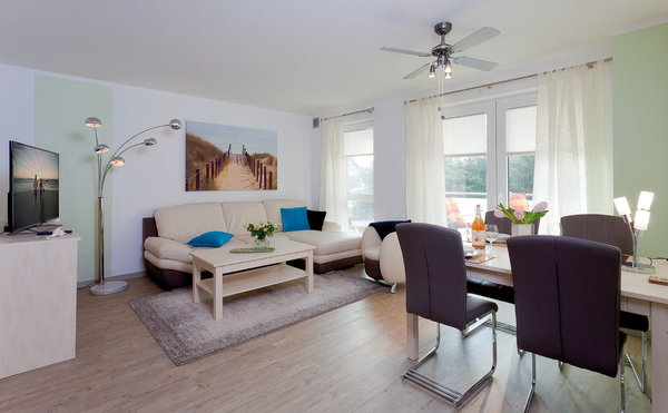 ...für einen erholsamen Urlaub mit bis zu vier Personen. Der freundlich gestaltete Wohnbereich verleiht mit einer bequemen Couch und dem dazugehörigen Sessel genau die Gemütlichkeit, ...