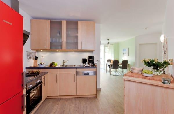 Die offene Küche lässt Dank Geschirrspüler, Kochfeld, Backofen, Kühl-und Gefrierschrank u. v.m. keine Wünsche offen. Der Essplatz ist perfekt in den Wohnbereich mit vier Sitzplätzen integriert.