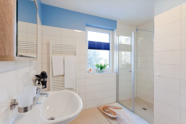 Die angenehme Helle zieht sich durch alle Räume – dank eines Fensters auch im Badezimmer. Komfortabel gestaltet erwartet Sie dort eine ebenerdige Echtglasdusche, WC, Haarfön sowie ein Handtuchheizkörp