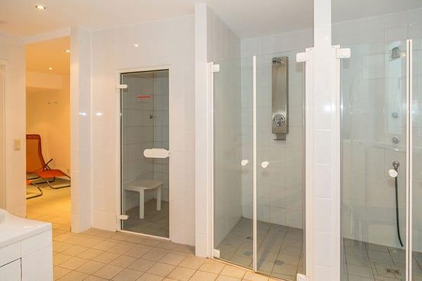 ... Dampfsauna und Duschen...