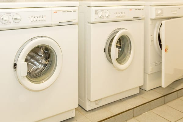... sowie ein Waschraum mit Waschmaschine und Trockner.