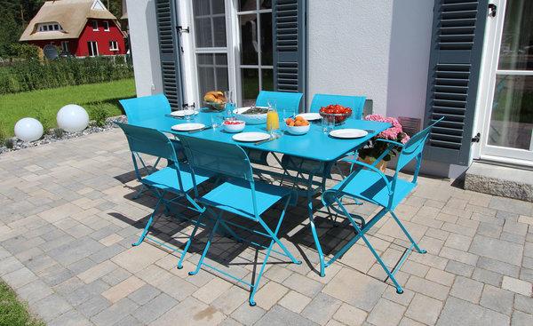 Auf die Südwest-Terrasse gelangt man durch das Wohnzimmer. Hier stehen Terrassenmöbel zur Verfügung sowie ein Grillkamin.