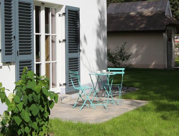 Zum Morgenkaffee lädt die kleine zusätzliche Terrasse an der östlichen Seite des Hauses, die sich an den Saunabereich anschließt, ein.
