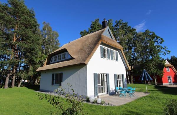 Rund um das Reetdachhaus steht Ihnen ein sonniger, privater Garten von ca. 725 qm zur Verfügung. Hier können die Kinder spielen und die Erwachsenen im Liegestuhl entspannen.
