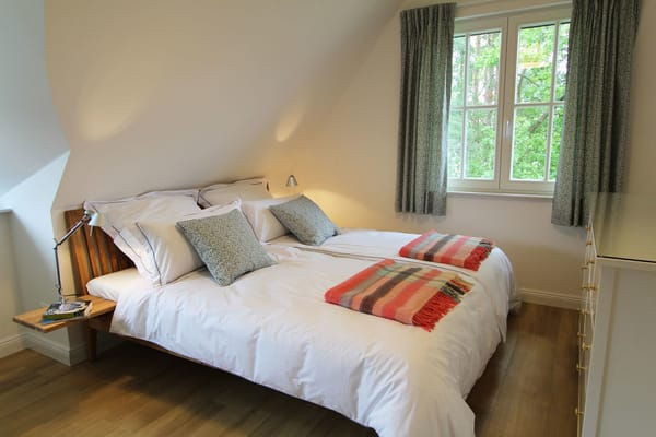 Das großzügige Doppelbett (1,80 x 2,00 m) wird selbstverständlich bei Ihrer Ankunft mit eleganter Bettwäsche frisch bezogen sein.