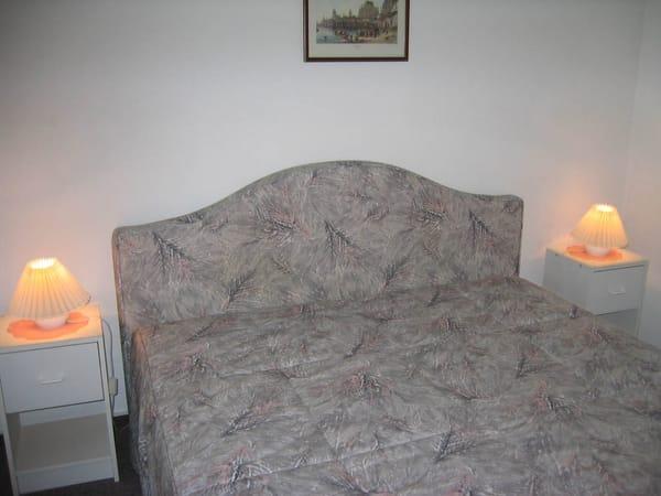 Doppelbett mit zwei einzeln verstellbaren Lattenrosten