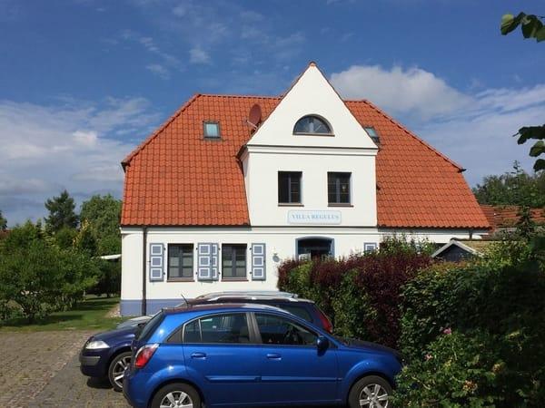 Ein privater Stellplatz befindet sich direkt vor dem Haus.