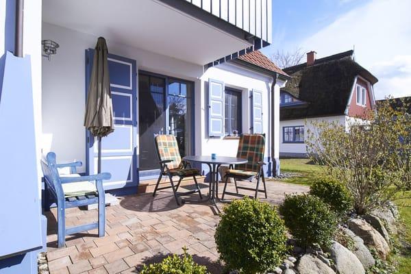 Die Terrasse ist gepflastert, zur Seite hin windgeschützt und durch den darüber liegenden Balkon unserer Ferienwohnung OG auch etwas gegen Regen geschützt.