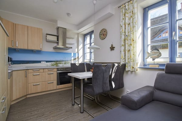Die großzügige Küche ist komplett ausgestattet mit Geschirrspüler, Cerankochfeld, Umluftbackofen, Mikrowelle und Ablufthaube nach außen.