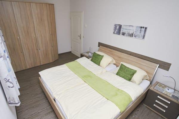 Für erholsamen Schlaf sorgt das 180 x 200 cm große Doppelbett mit zwei hochwertigen Kaltschaummatratzen von Schlaraffina.