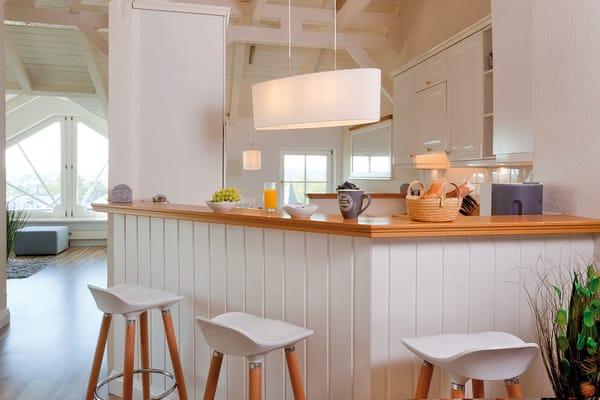 ... eine vollausgestattete integrierte Einbauküche mit Sitzhocker...