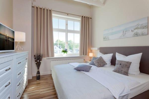 Das erste Schlafzimmer ist mit einem komfortablen Doppelbett (180x200) und TV ausgestattet.