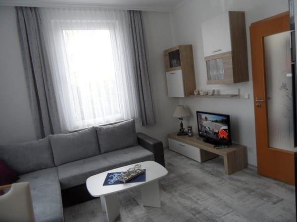 Blick ins Wohnzimmer mit Flachbild-Sat-TV