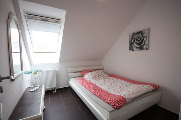 kleines Schlafzimmer mit Einzelbett (200*140)