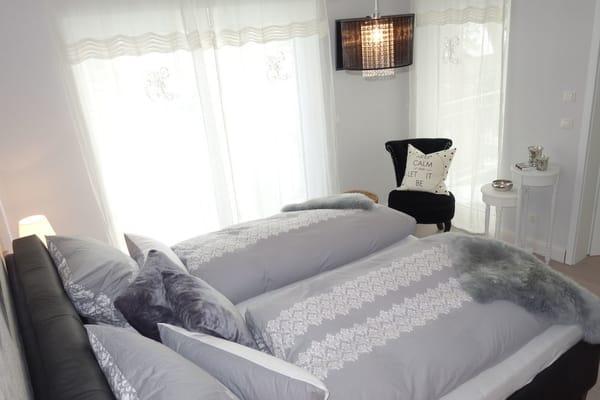 lichtdurchflutetes Schlafzimmer mit sky