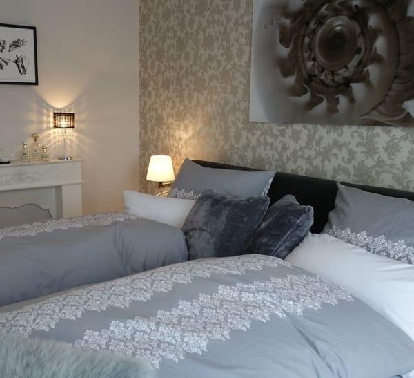 Schlafzimmer mit Doppelbett - Fernseher & sky