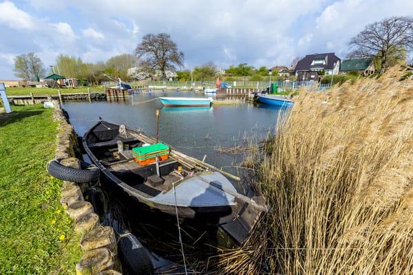 Malerischer Hafen in Zempin mit Booten