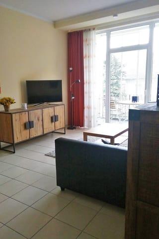 Blick auf Wohnbereich und TV