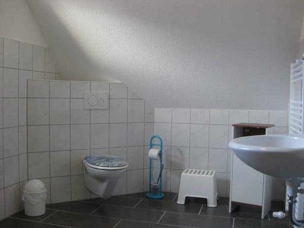 oberes Badezimmer mit WC und Dusche