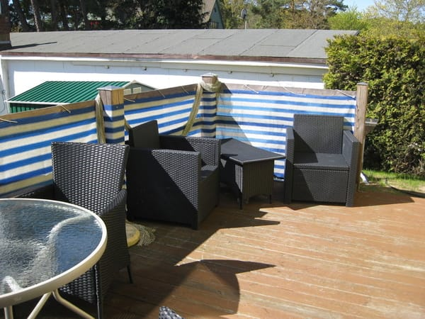 auf der Terrasse stehen Gartenmöbel und ein Grill für Sie bereit