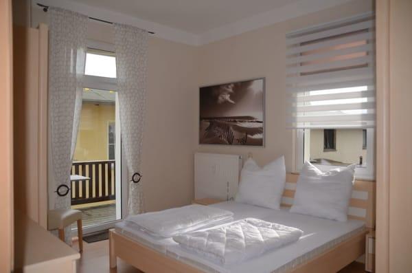 Schlafzimmer mit angrenzenden Balkon