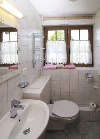 Bad im OG mit Dusche und WC