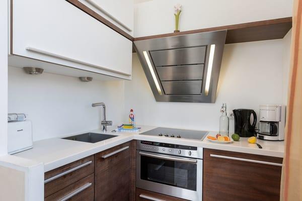Die Küche ist mit Backofen, Kühlschrank mit Eisfach, Mikrowelle etc. ausgestattet.