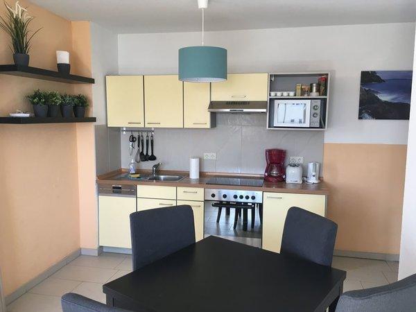 Wohnraumblick mit Küchenzeile
