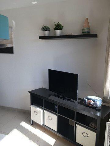 Wohnraumblick mit Flachbildschirmfernseher