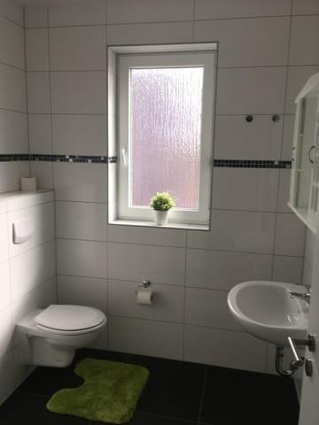 Bad mit Fenster, WC, Dusche, Fön