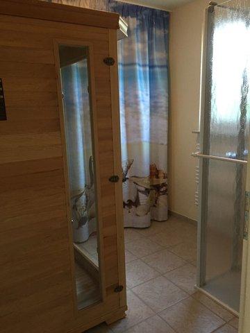 Kleine Sauna mit Dusche