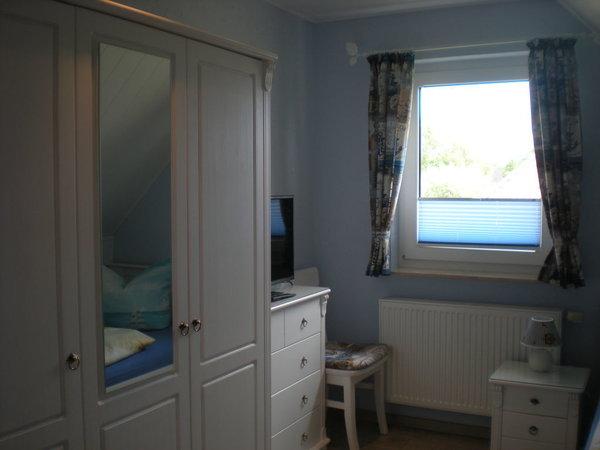 Schlafzimmer mit 2 Einzelbetten und TV