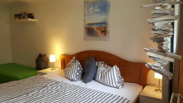 Wohn-Schlafbereich mit Doppelbett und extra Schlafsofa